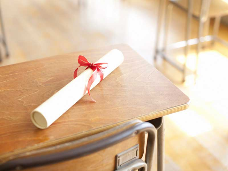 教室のテーブルに置いている卒業証書