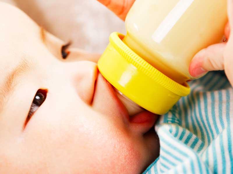 哺乳瓶でミルクを飲む赤ちゃん