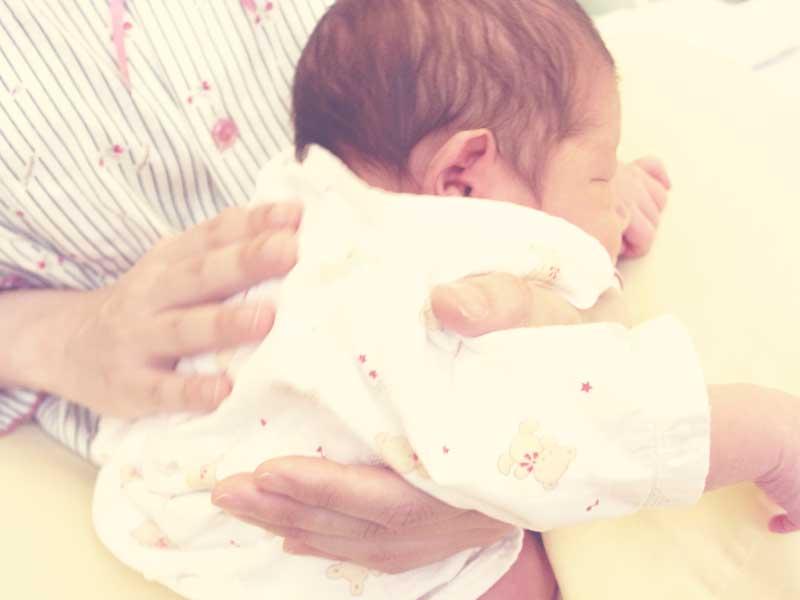 赤ちゃんにゲップを出させるママ