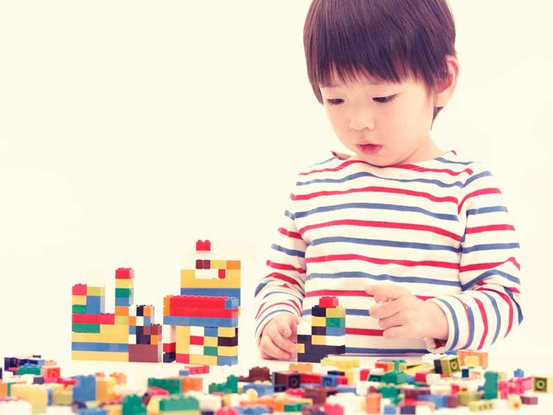 ブロックを組み立てて遊ぶ男の子