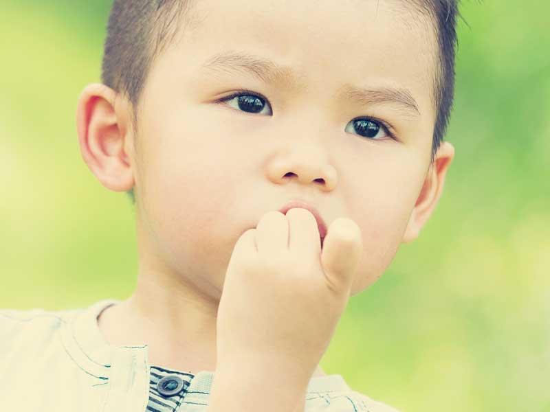 指吸いをしている子供
