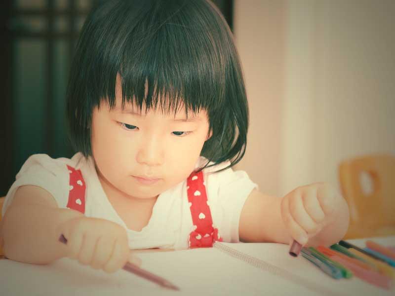 絵を描いている女の子