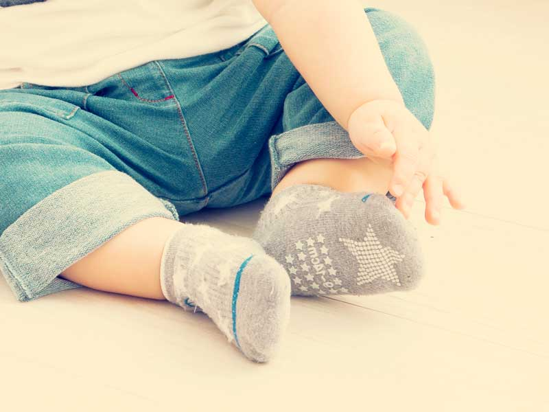 靴下を履いている赤ちゃん