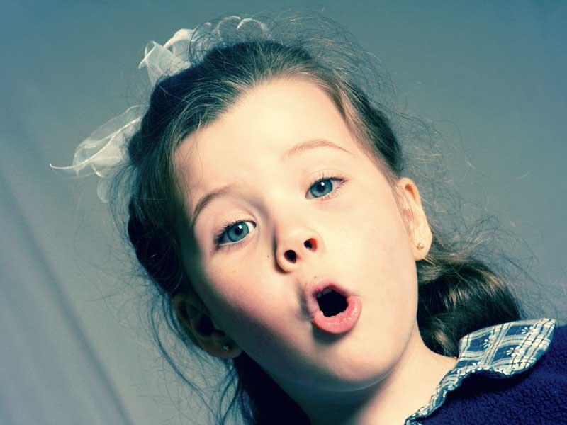 歌っている女の子
