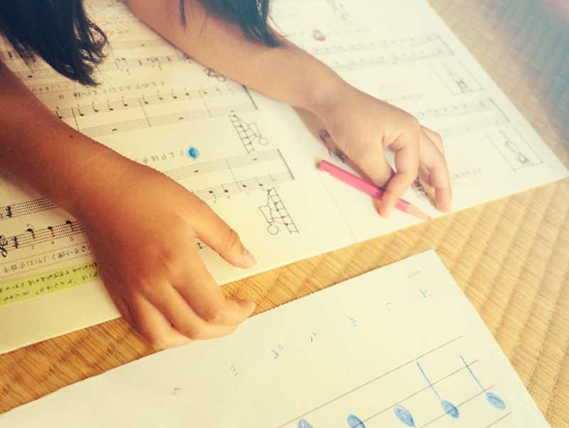 楽譜を勉強する女の子