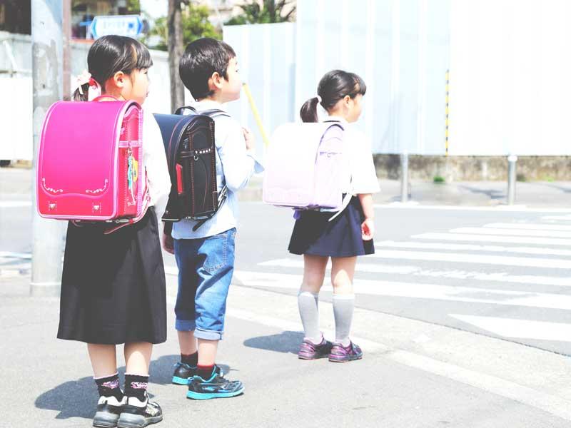 通学中の小学生達