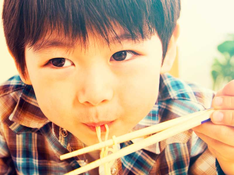 ラーメンを食べる男の子
