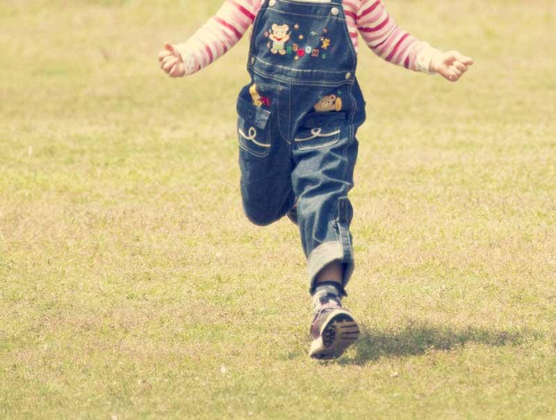 芝の上で走る女の子