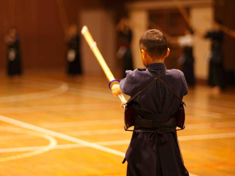 剣道の練習をしている男の子
