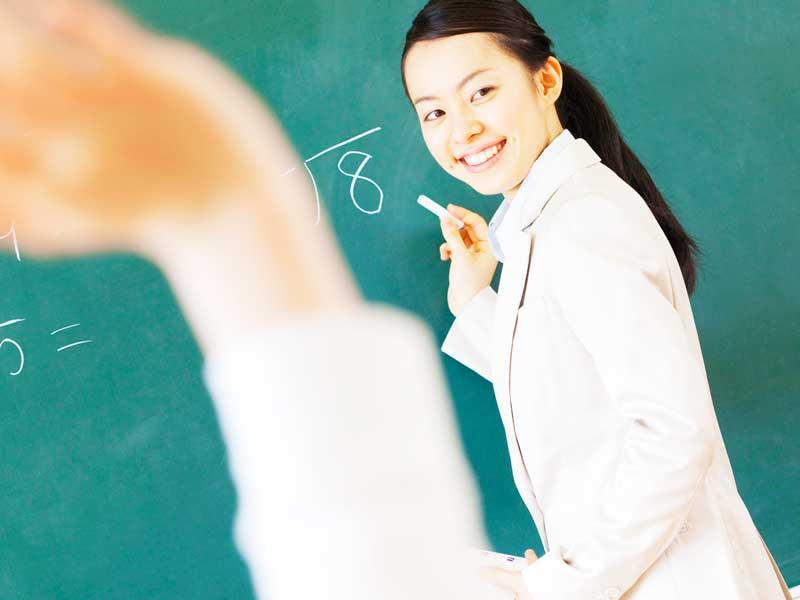 授業をしている女性教師