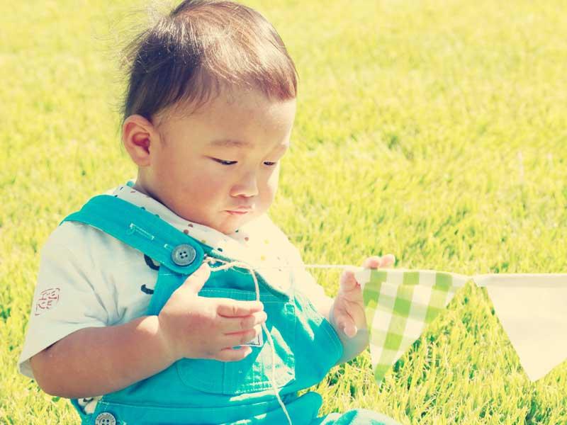 芝の上で遊ぶ幼児