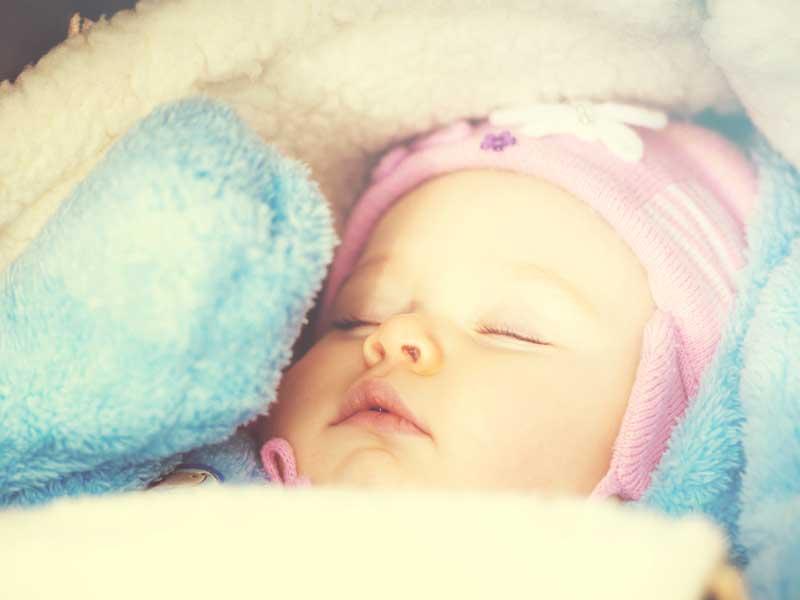ベビーカーの中で寝ている赤ちゃん