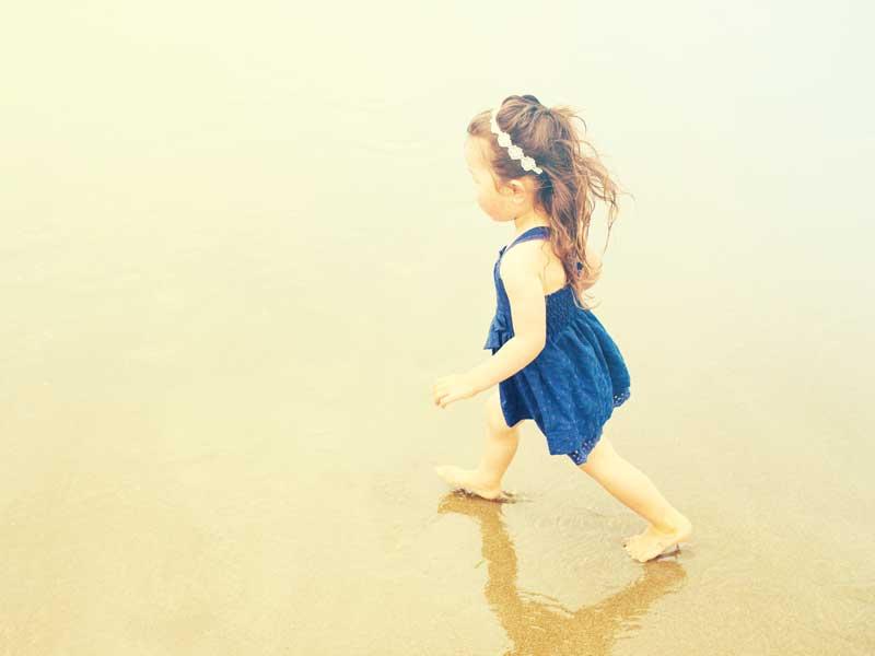 海辺で遊ぶ女の子