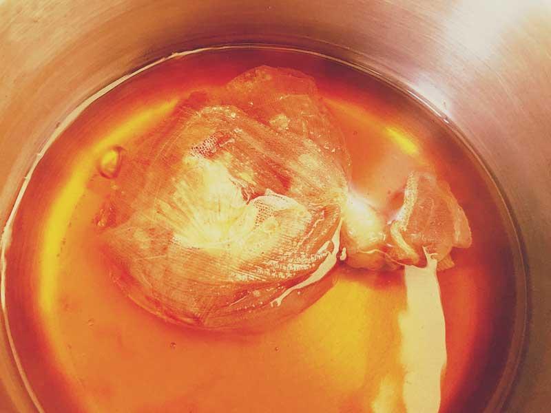玉ねぎの皮の色が出てきている鍋