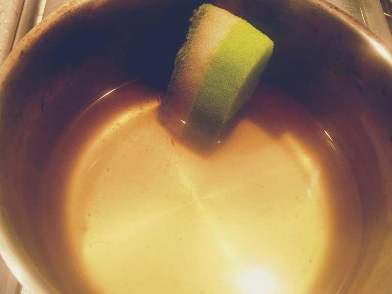 玉ねぎの皮煮出し汁に入ってる掃除用スポンジ