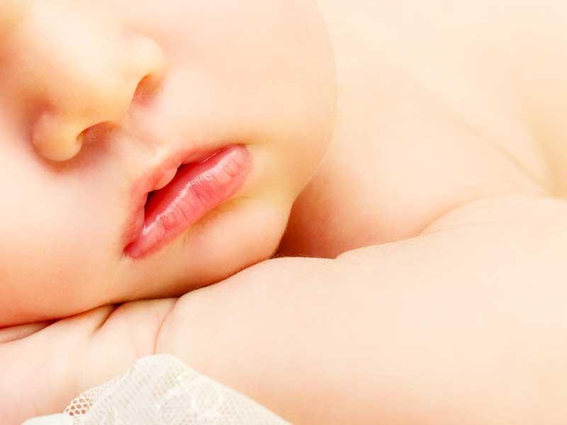 赤ちゃんの腕と顔