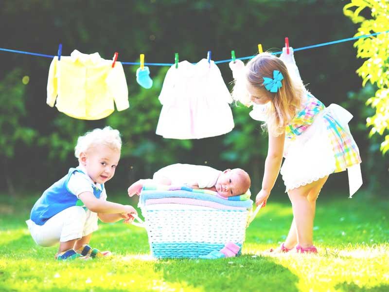 洗濯物と赤ちゃん兄弟