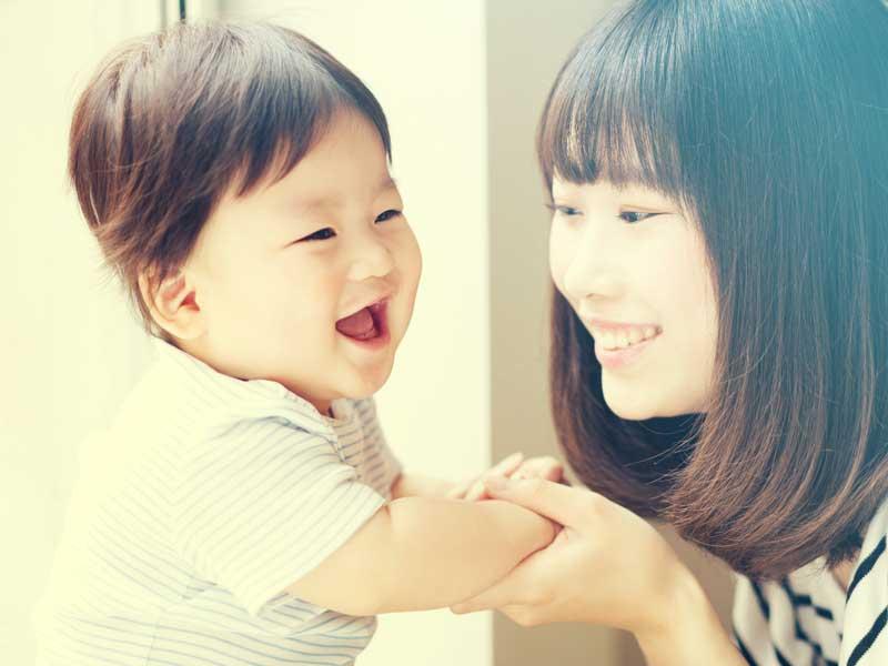 ママと遊んでいる赤ちゃん