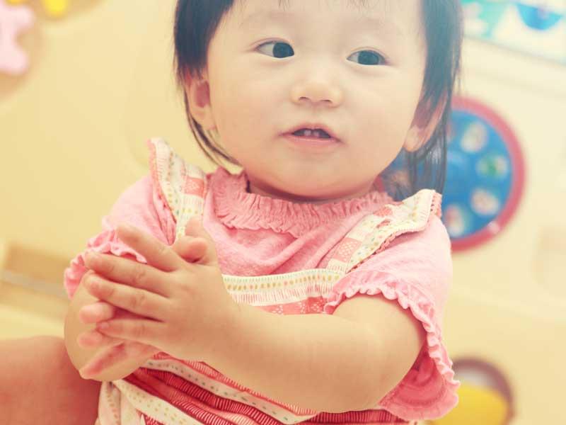 手遊ぶをしている赤ちゃん