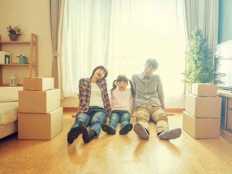 引っ越しの荷造りする家族