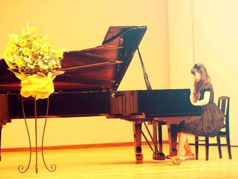 ピアノの発表会に出てる女の子