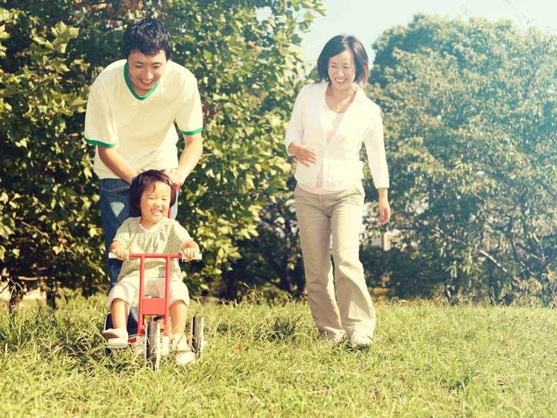 遊んでいる笑顔の家族