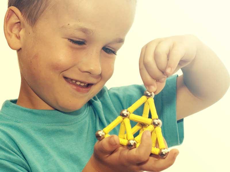 磁石のおもちゃで遊ぶ男の子