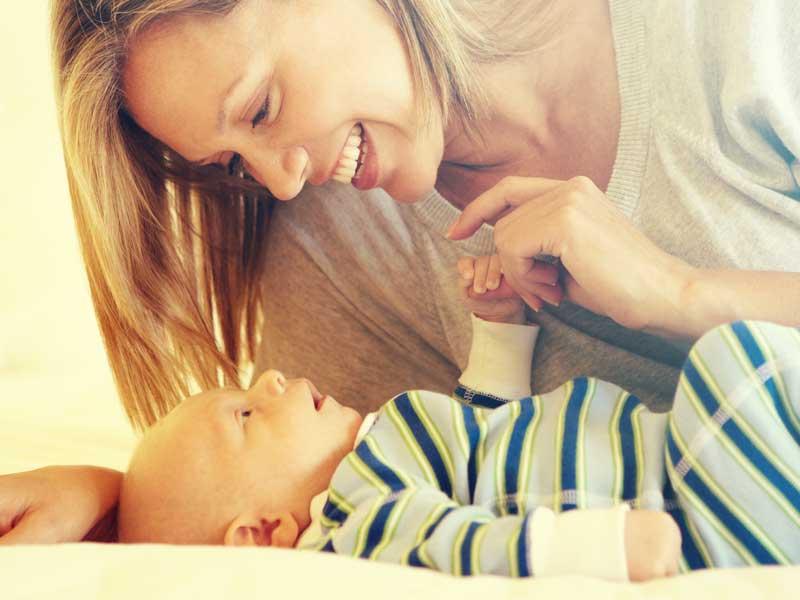 赤ちゃんに話かける母