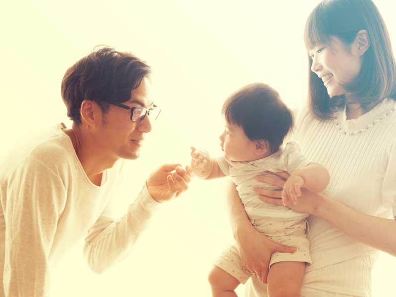 赤ちゃんにマザリーズするママとパパ