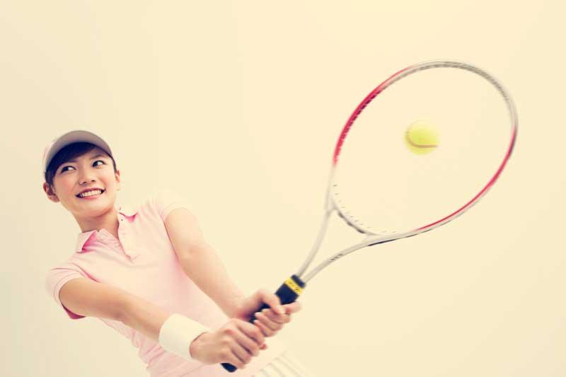 テニスをしているお母さん
