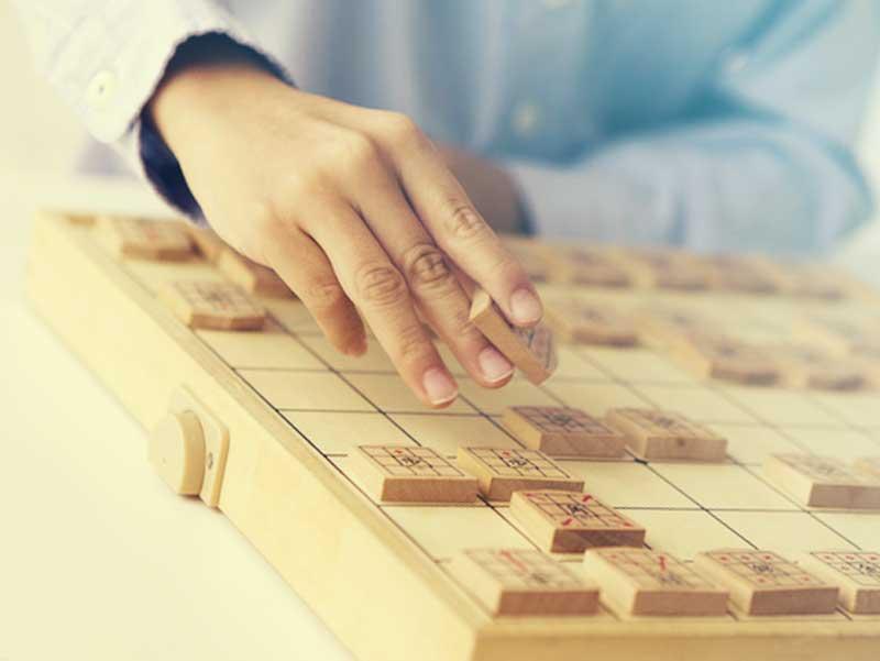 将棋をしている子供の手