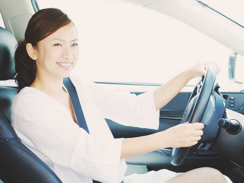 運転をしているお母さん