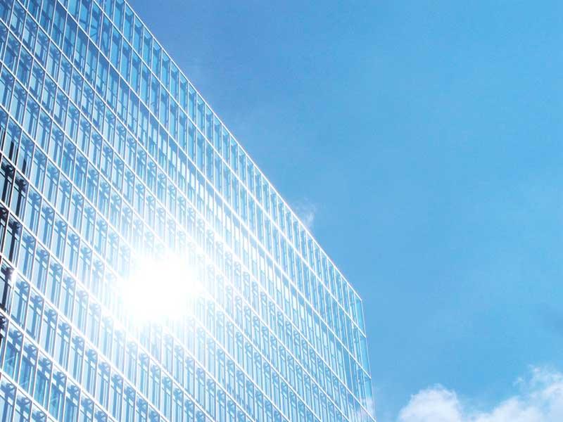 ビルの窓に反射する太陽