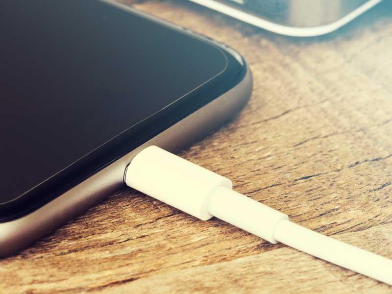 充電をしているスマートフォン