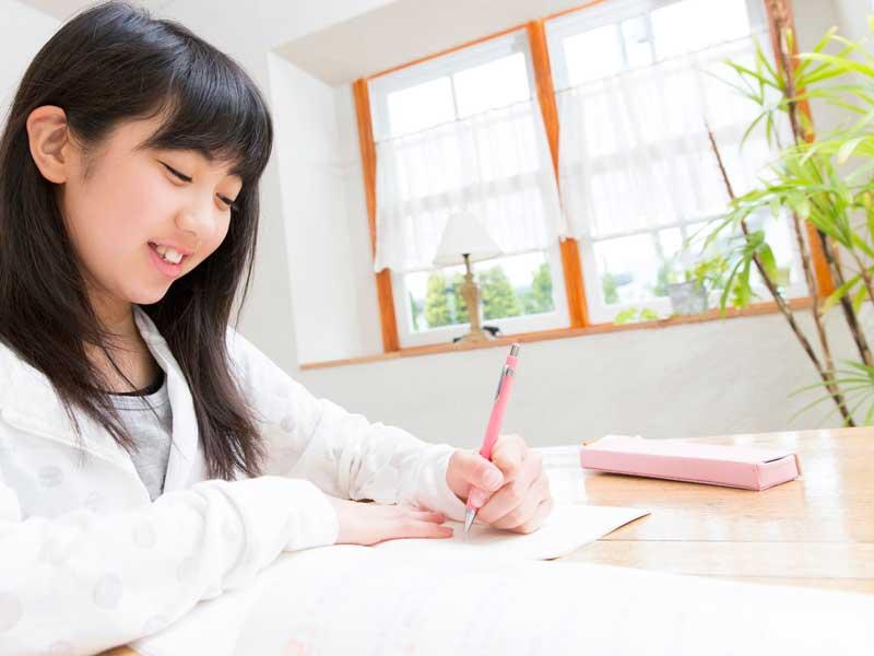 レポートを書く小学生
