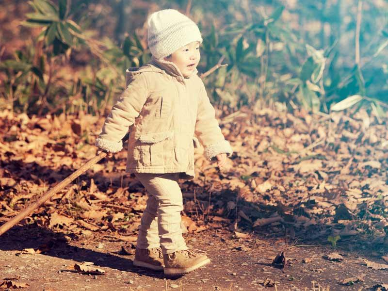 公園で散歩する男の子