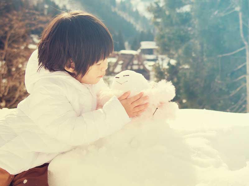 雪で遊んでいる子供