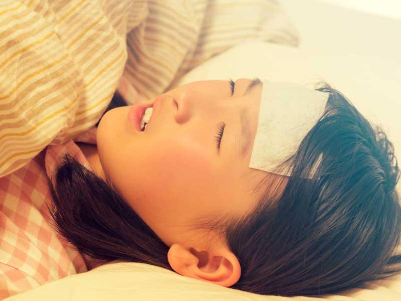 風邪で寝ている女の子