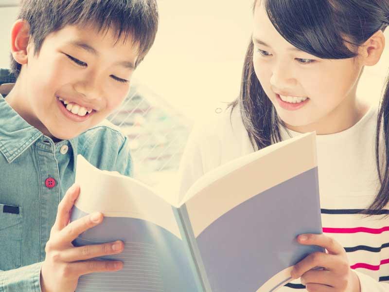 ノートを見ている小学生達