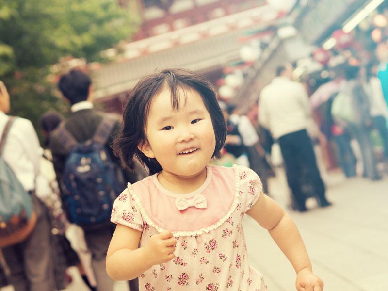 浅草で観光をしている女の子