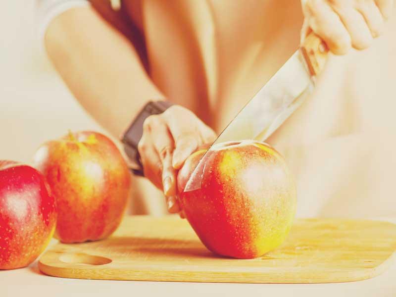 りんごを切るママの手