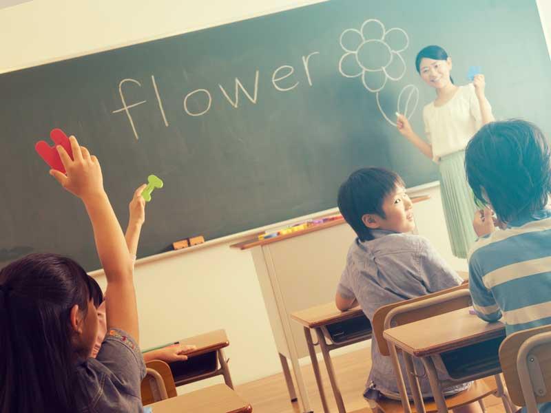 英語の授業中の小学生達