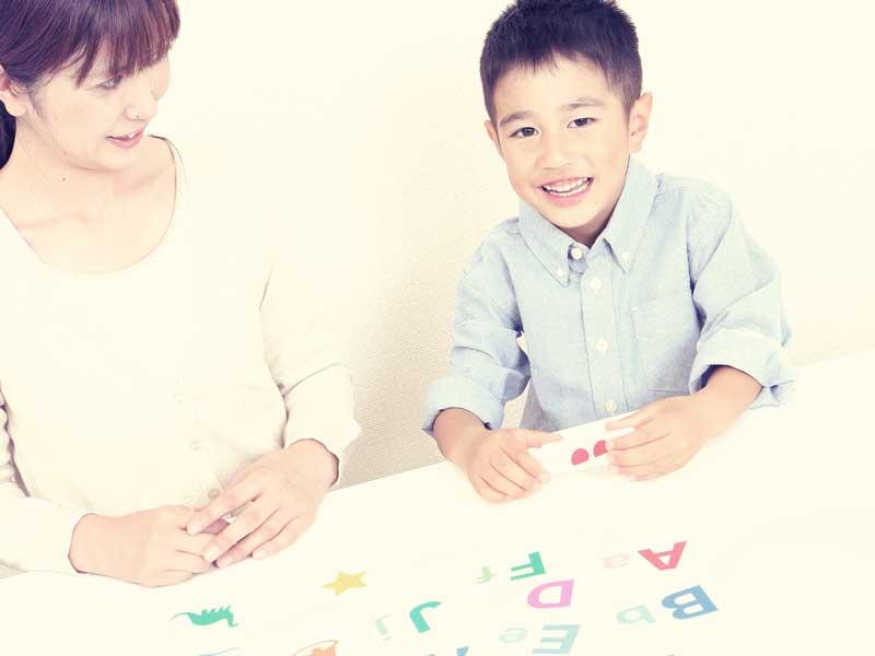 英語の勉強をしている親子