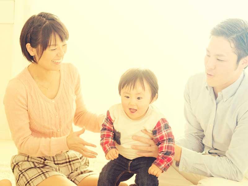 笑顔の赤ちゃん家族