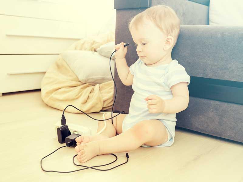 電気コードで遊ぶ赤ちゃん