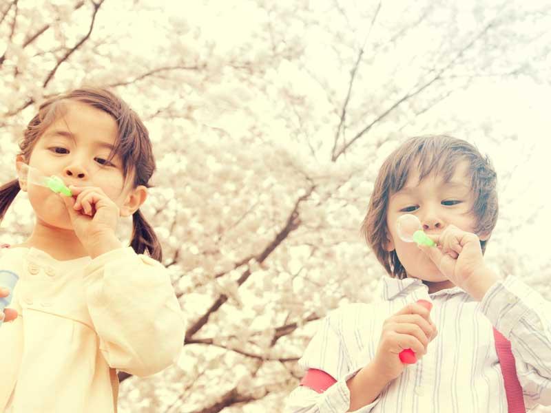 シャボン玉で遊んでいる子供達