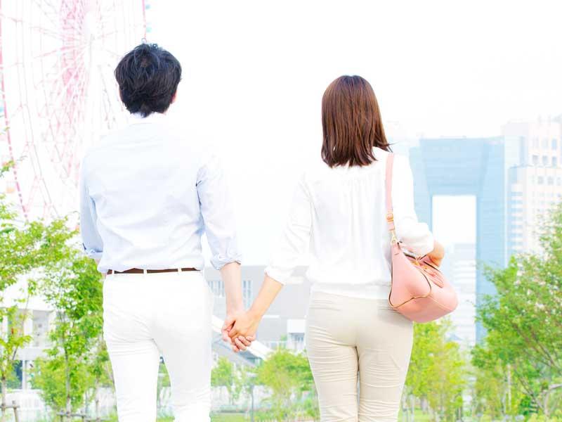 手を繋いている夫婦