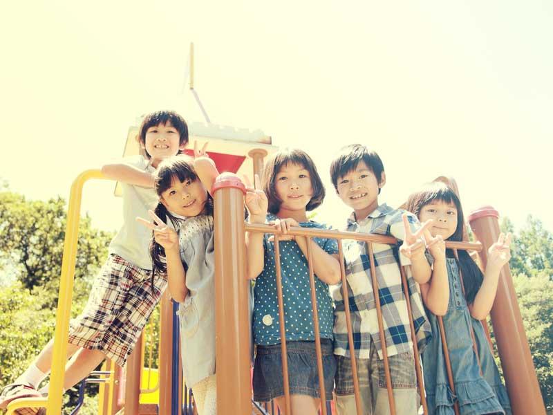 休みの日に公園で遊ぶ小学生達