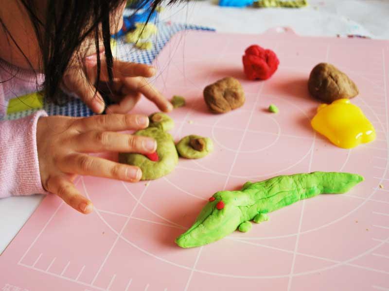 手作り小麦粉粘土で遊ぶ子供