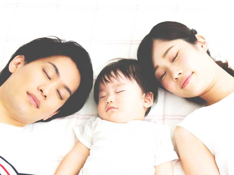 寝ている赤ちゃんの家族